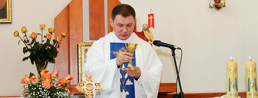 Zdjęcie kapelana podczas ceremonii mszalnej