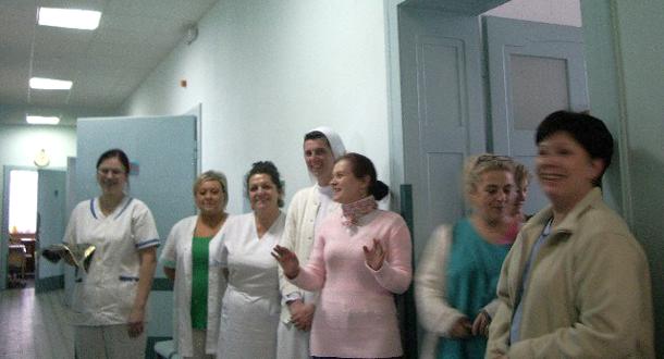 zdjęcie personelu w korytarzu zakładu