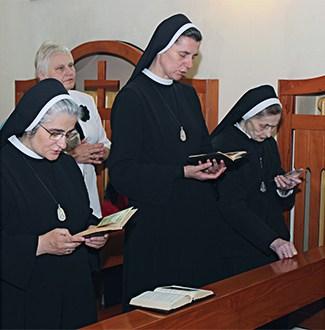 zdjęcie sióstr przy modlitwie