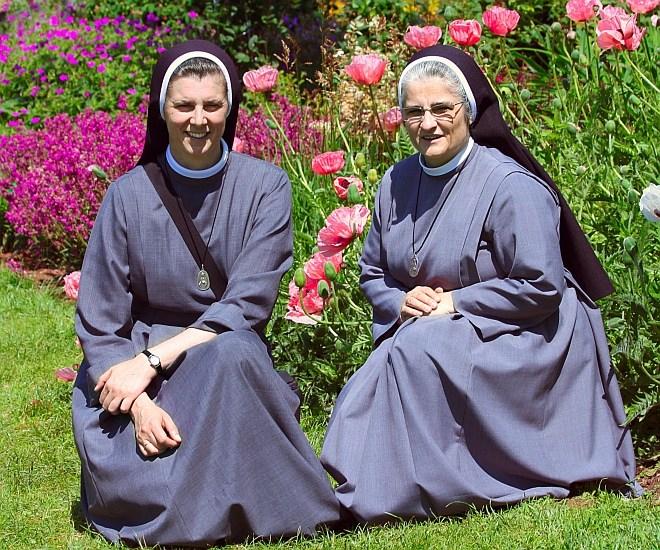 zdjęcie dwóch sióstr w ogrodzie